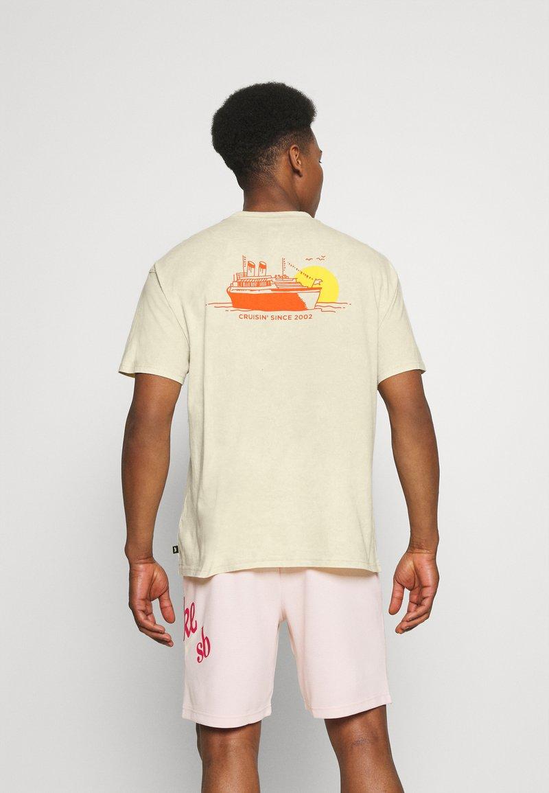 Nike SB - TEE CRUISIN UNISEX - Print T-shirt - sesame