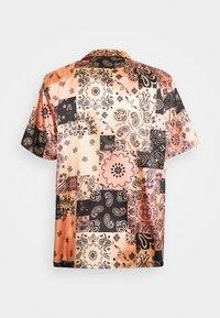 Karl Kani - RESORT - Shirt - coral - 1
