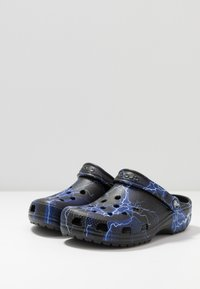 Crocs - CLASSIC FESTIVAL EXPLORER GRAPHIC - Klapki - black/white - 2