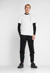 Nike Performance - DRY TEE HAKONE EKIDEN - Camiseta de deporte - summit white - 1