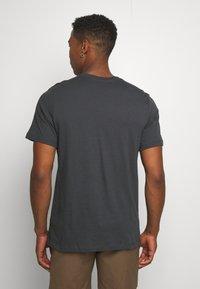 Nike Sportswear - FESTIVAL TEE - Camiseta estampada - smoke grey/ volt - 2