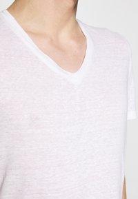 120% Lino - V NECK - T-shirt basic - white solid - 5