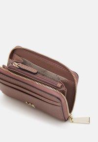 MICHAEL Michael Kors - MOTTZA COIN CARD CASE - Peněženka - dark fawn - 2