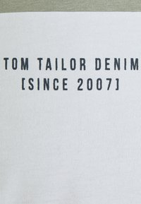 TOM TAILOR DENIM - Print T-shirt - greyish shadow olive - 2