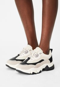 NA-KD - ROUNDED SOLE CHUNKY TRAINERS - Trainers - creme/black - 0