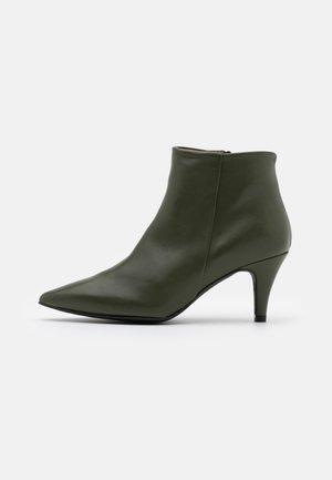 BENETTBO - Korte laarzen - kaki