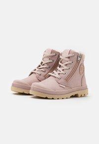 Palladium - PAMPA HI CUFF WPS - Šněrovací kotníkové boty - rose dust/pink tint - 1