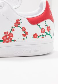 adidas Originals - STAN SMITH GRAPHIC FLORAL SHOES - Trainers - footwear white/scarlet/core black - 2