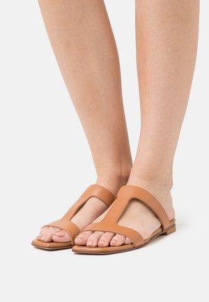 RYLIE  - Pantofle - tan
