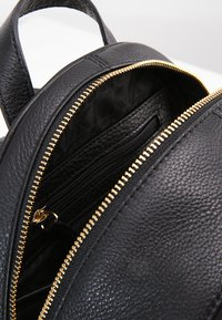 MICHAEL Michael Kors - RHEA ZIP BACKPACK SMALL - Plecak - black - 4