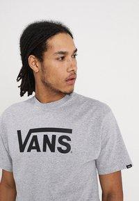 Vans - CLASSIC - Print T-shirt - athletic heather black - 4
