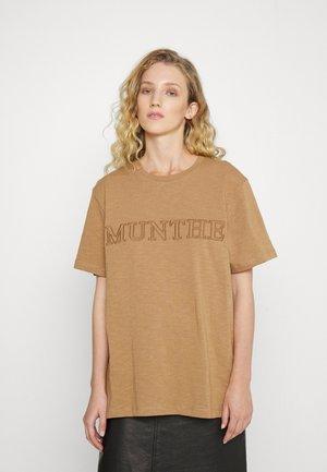 RIVEN - Print T-shirt - camel