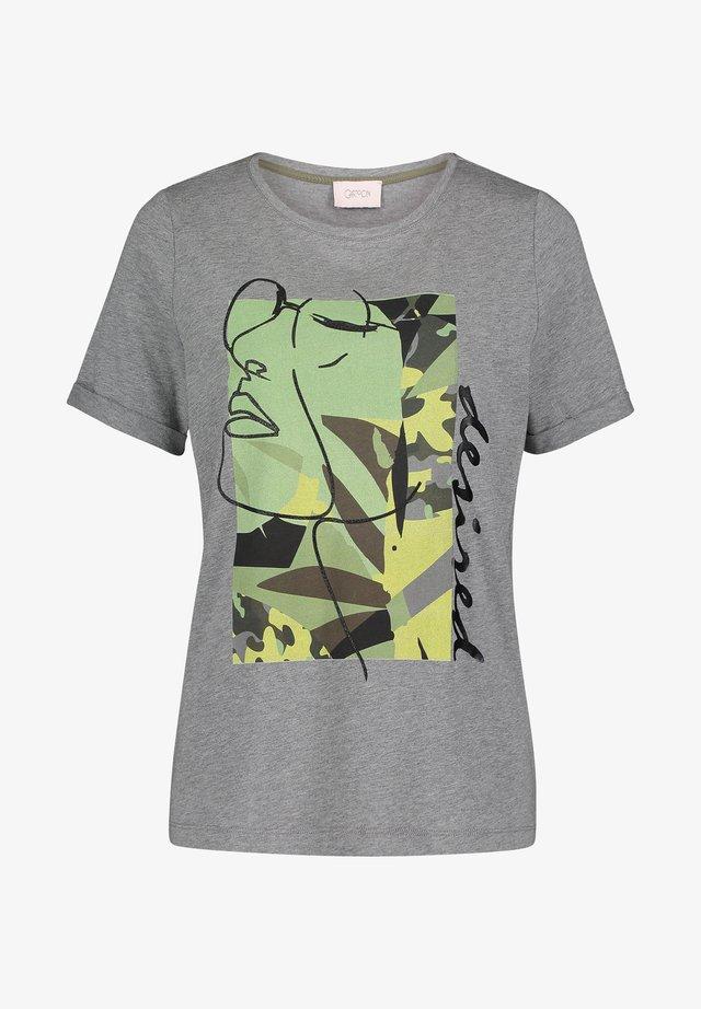 MIT AUFDRUCK - Print T-shirt - grey/khaki