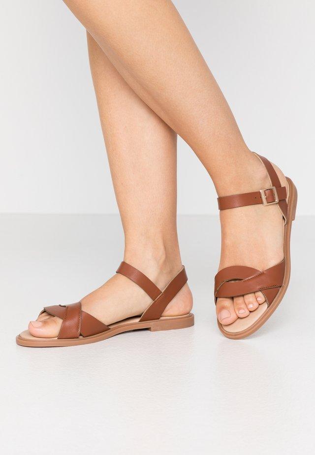 LILITH - Sandaalit nilkkaremmillä - tan