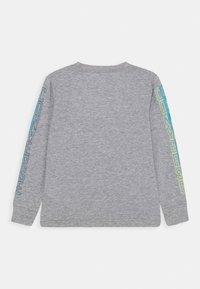 Converse - COLLEGIATE VERTICAL - Bluzka z długim rękawem - grey heather - 1