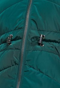 CAPSULE by Simply Be - LUXE HOODED SHORT PADDED COAT - Talvitakki - forest green - 5