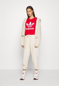 adidas Originals - TREFOIL TEE - Printtipaita - light red - 1