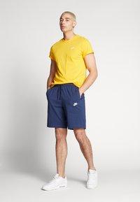 Nike Sportswear - CLUB TEE - T-shirt - bas - university gold/white - 1