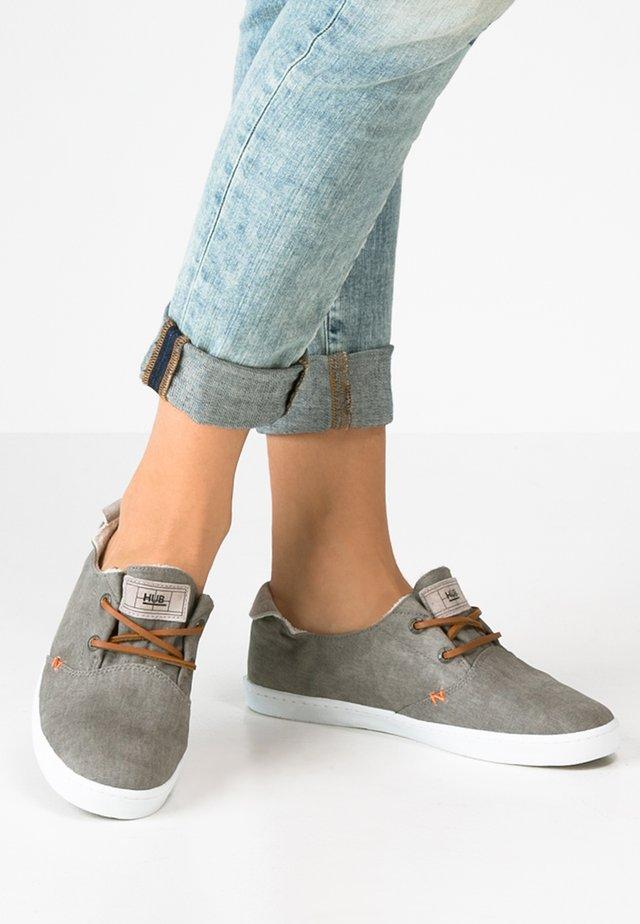 KYOTO - Sneakersy niskie - greyish/white