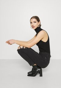 Missguided - BUSTED KNEE MOM JEAN - Relaxed fit jeans - black - 3
