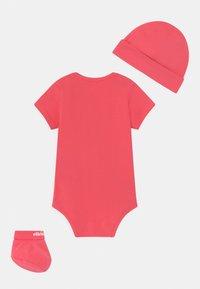 Ellesse - ELEANORI BABY SET UNISEX - Print T-shirt - pink - 1