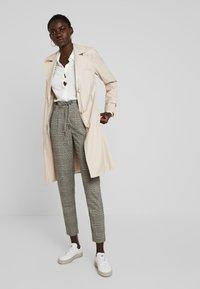 ONLY Tall - ONLPOPTRASH EASY SAVIL CHECK PANT - Trousers - black/merlot/adobe - 2