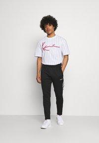 Karl Kani - SIGNATURE LOGO TEE - T-shirt con stampa - white - 1