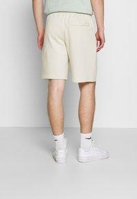Nike Sportswear - CLUB - Shorts - light bone - 2