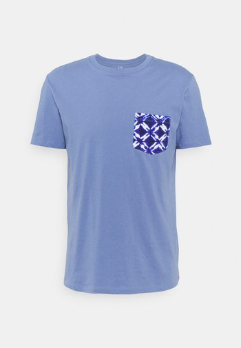 CREW POCKET - T-shirt z nadrukiem - larkspur