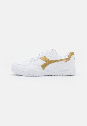 RAPTOR LOW UNISEX - Zapatillas de entrenamiento - white/gold