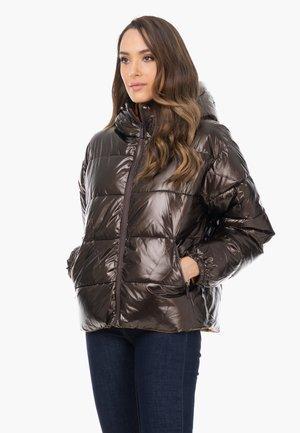 MIT KAPUZE FÜR FRAUEN IN ÜBERGRÖSSE  - Winter jacket - marrón oscuro