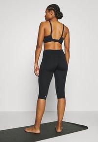 Sweaty Betty - CONTOUR CAPRI WORKOUT LEGGINGS - Pantalón 3/4 de deporte - black - 2