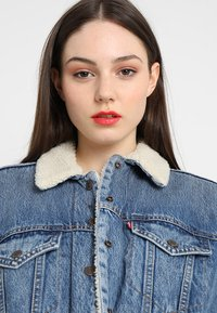 Levi's® - EX-BF SHERPA TRUCKER - Jeansjakke - addicted to love - 3