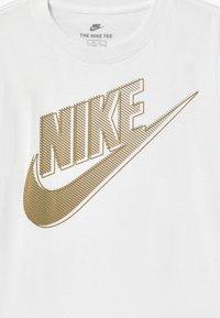 Nike Sportswear - CLUB FUTURA GRAPHIC TEE - Triko spotiskem - white - 2
