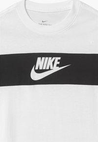 Nike Sportswear - TEE CHEST PANEL - Triko spotiskem - white - 2