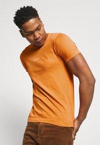 Calvin Klein Jeans - MICRO BRANDING ESSENTIAL TEE - Basic T-shirt - rusty orange - 3