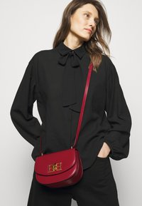 Bally - CHAIN MINI BAG - Across body bag - lipstick - 0