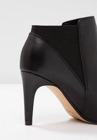 Clarks - LAINA VIOLET - Kotníková obuv - black - 2