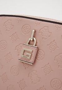 Guess - KAMRYN CROSSBODY TOP ZIP - Skulderveske - rose - 4
