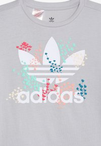 adidas Originals - TEE - Print T-shirt - light solar grey/white - 3
