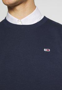 Tommy Jeans - REGULAR C NECK - Collegepaita - twilight navy - 5