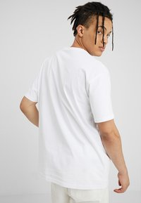 Carhartt WIP - CHASE  - Basic T-shirt - white/gold - 2