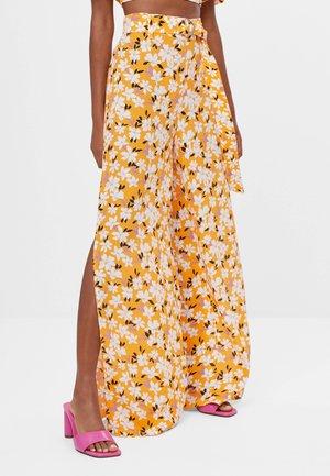 MIT WEITEM BEIN UND GÜRTEL  - Spodnie materiałowe - orange