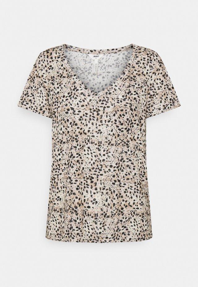 OBJTESSI SLUB V NECK SEASON - T-shirt imprimé - sandshell