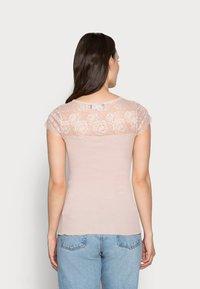 Rosemunde - Print T-shirt - vintage powder - 2