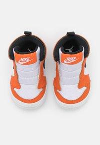 Jordan - 1 CRIB UNISEX - Sportovní boty - white/black/starfish - 3