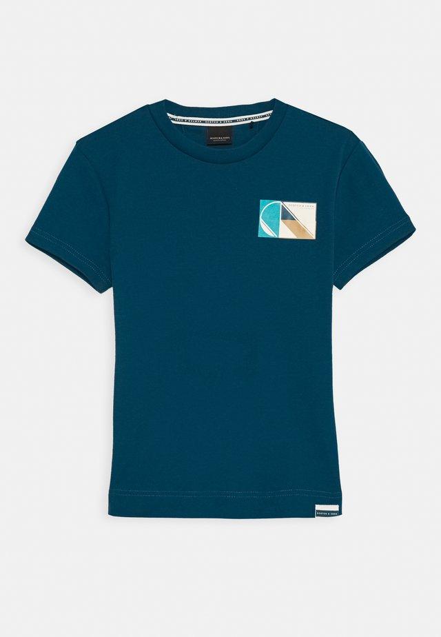 CLUB NOMADE BASIC TEE - T-shirt z nadrukiem - petrol blue