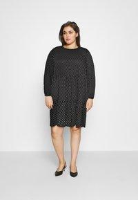 Vero Moda Curve - VMFIE SHORT DRESS - Denní šaty - black/birch dot - 1