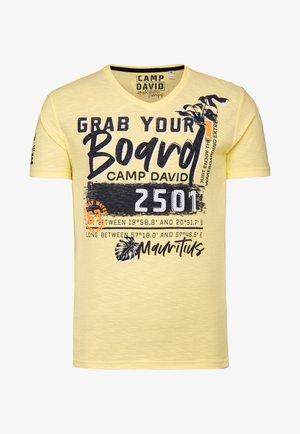 MIT V-NECK UND ARTWORKS - Print T-shirt - bleached sun