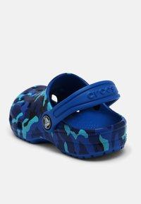 Crocs - CLASSIC PRINTED CLOG - Clogs - bright cobalt - 6